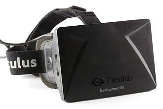 一个2013年版本的Oculus VR公司的Oculus Rift装置, 这家公司于2014年被Facebook以20亿美元收购